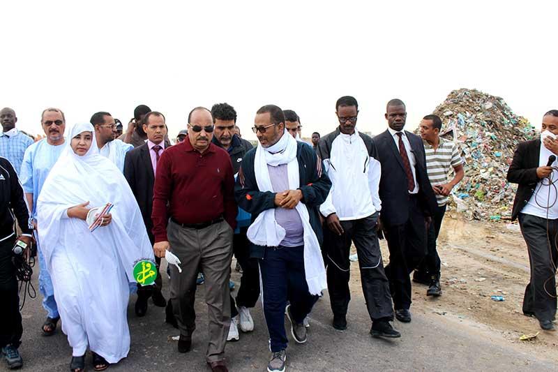 صورة ولد عبد العزيز يقوم بزيارة لبعض مناطق انواكشوط الجنوبيه(صوره)