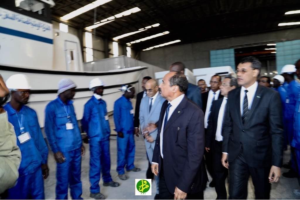 صورة ولد عبد العزيز يزور عددا من المؤسسات العمومية بإنواذيبو