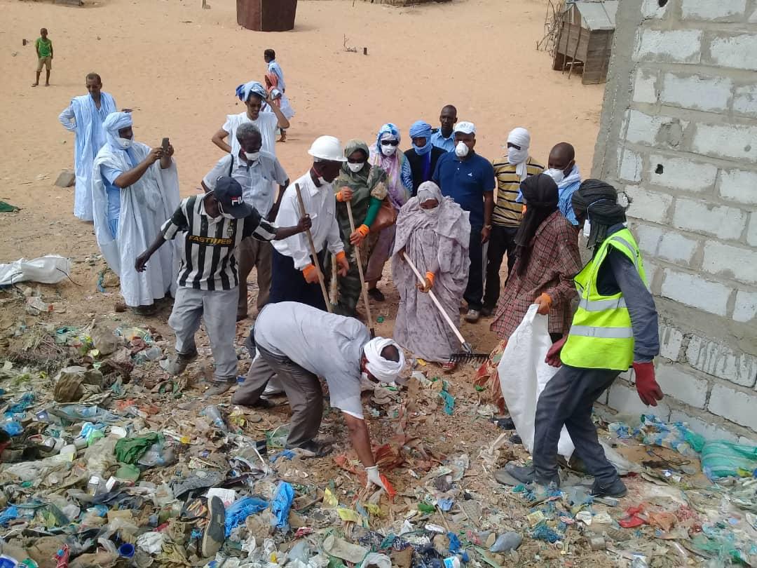 صورة رئسة جهة نواكشوط تشرف على تنظيف مناطق بالعاصمة (صور )