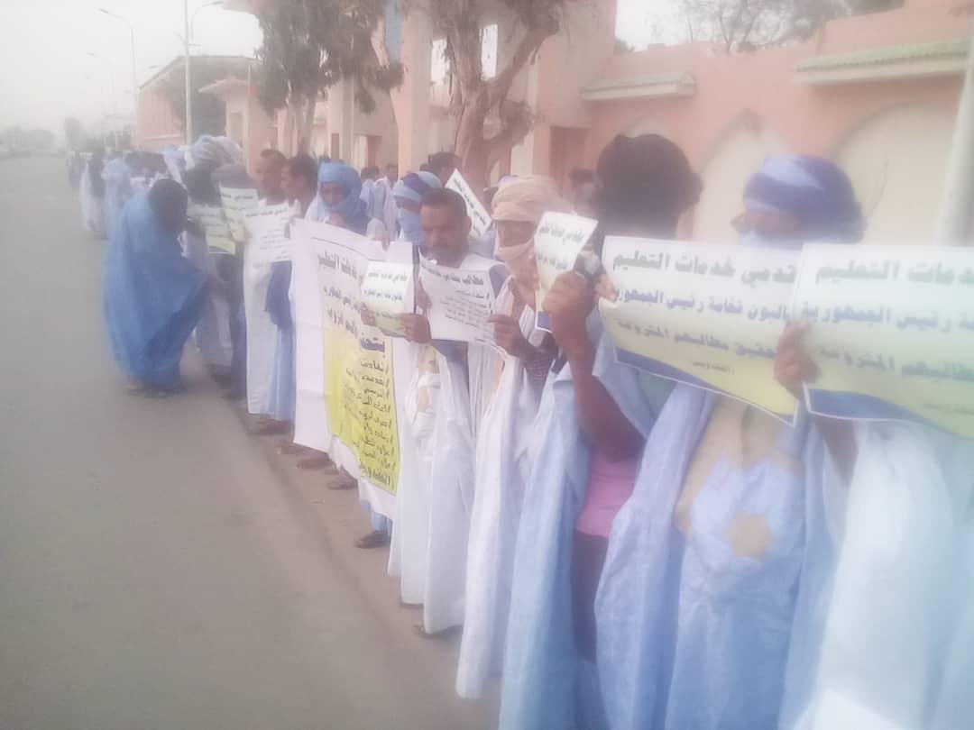 صورة مقدمو خدمات التعليم يتظاهرون أمام القصر الرئاسي  (صور+مطالب )