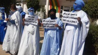 صورة صحفيون يتظاهرون أمام الهابا ويتهمون لجنة صندوق الصحافة بالفساد