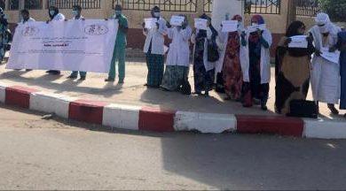 صورة لبيولوجيين يتظاهرون أمام وزارة الصحة ويهددون بالتصعيد