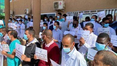 صورة الأطباء المقيمون يحتجون أمام وزارة الصحة (تفاصيل)