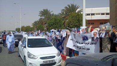 صورة مئات الأشخاص يتظاهرون اليوم أمام مبني العدالة بولاية نواكشوط الغربية للمطالبة بإطلاق سراح الملاك السابقين لمصرف موريتانيا الجديد NBM